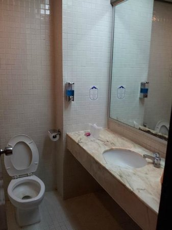 Emperor Hotel Malacca: simple bathroom