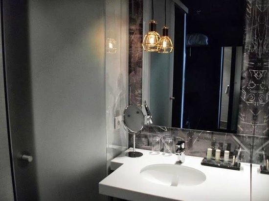 Radisson Blu Riverside Hotel, Gothenburg : Sliding door separates the bathroom