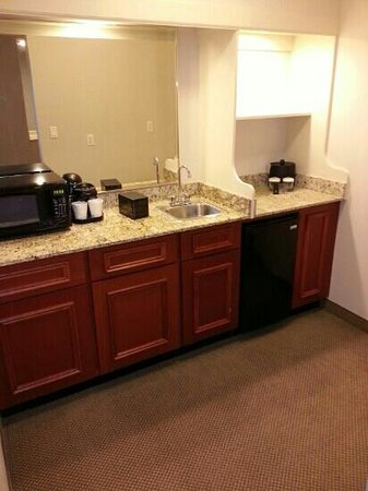 Embassy Suites by Hilton Tampa - Airport/Westshore: Suite kitchen area