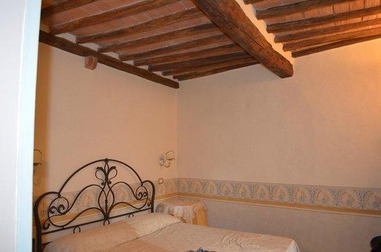 Antica Residenza Cicogna: Il soffitto con travi a vista della stanza dei paesaggi
