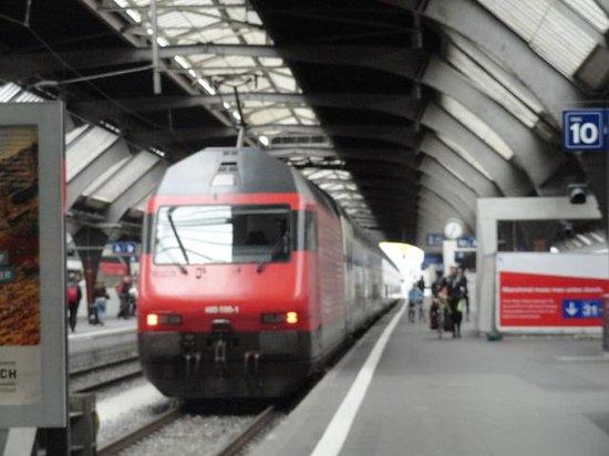 Novotel Zurich City-West: Estação ferroviaria : inernamente