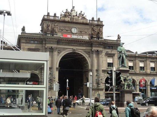 Novotel Zurich City-West: Estação Ferroviária.Entrada
