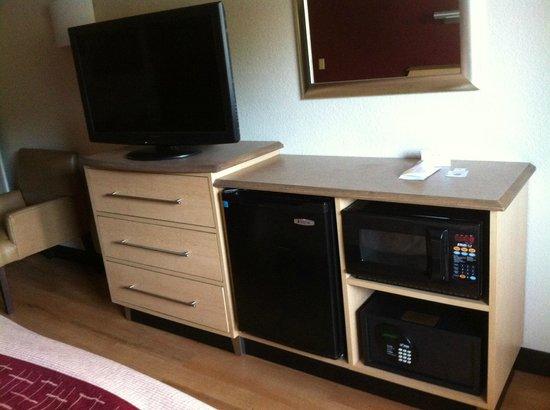 Red Roof Inn - Richmond South: Flat-panel TV, fridge, microwave