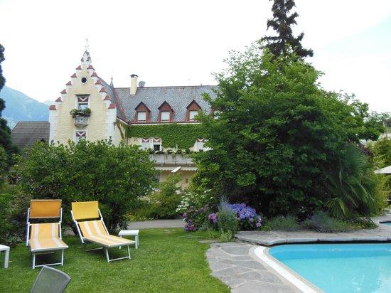 Hotel Sonnenhof Merano: l'albergo visto dalla piscina