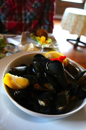 Nebo Lodge: PEI Mussels, Ramp Butter, White Wine, Extra Bread!