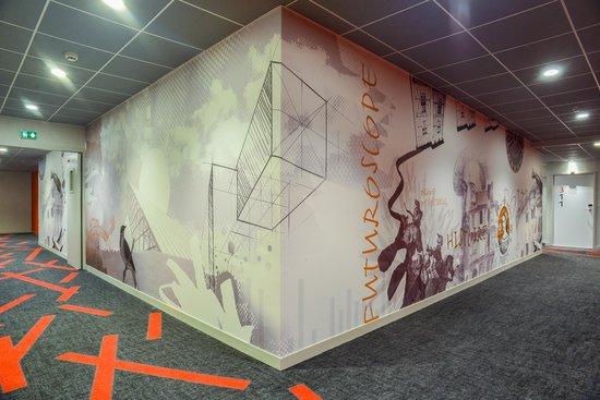 Ibis Styles Poitiers Centre : Fresque dans corridors
