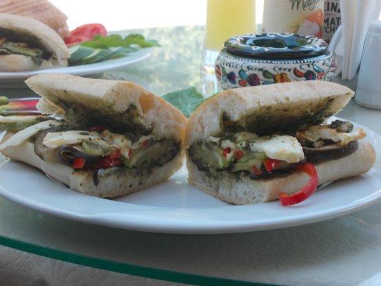 Cafe Yummy: panini met gegrilde kaas en gegrilde groentjes