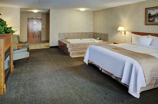 Lakeview Inns & Suites - Brooks: Jacuzzi king