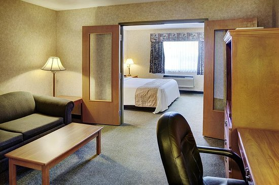 Lakeview Inns & Suites - Brooks: Two room suite