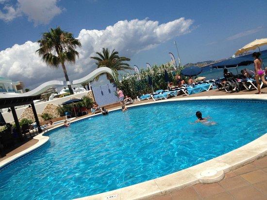 Apartamentos Sal Rossa Ibiza: Pool and sea