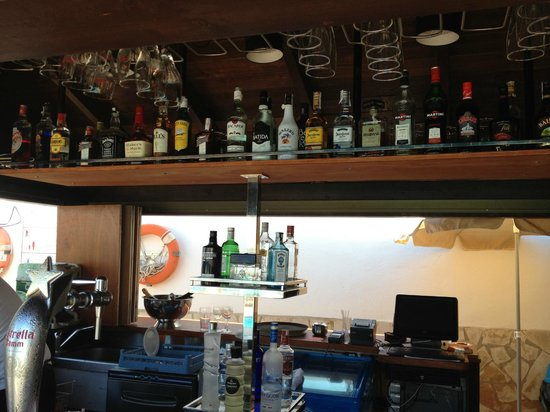 Apartamentos Sal Rossa Ibiza: Poolbar
