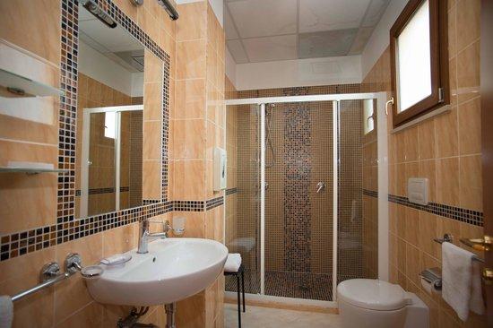 Hotel Il Giardino Degli Aranci: Bagno con cromoterapia