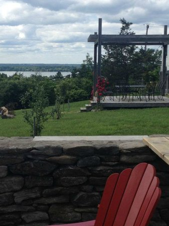Devil's Wishbone Winery: Beatiful view and sitting areas around the Property