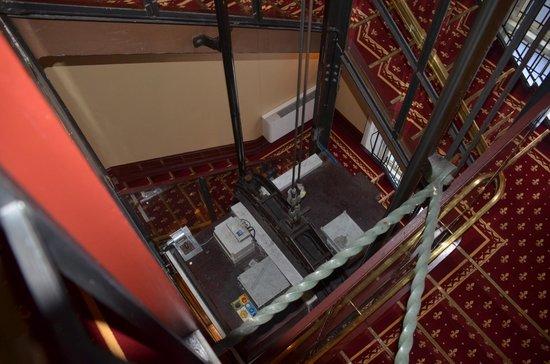 Copenhagen Plaza Hotel : 階段の空間を利用したエレベーター。