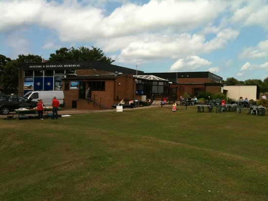 Spitfire & Hurricane Memorial Museum: cafe and Green outside for picnic