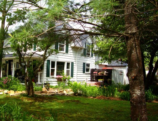 Gable Haus Country Inn & Linville Cottages : Gable Haus Spring