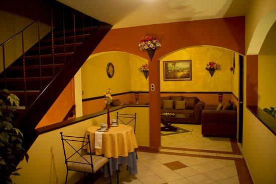 Hotel Merliot : Desayunadores y sala familiar