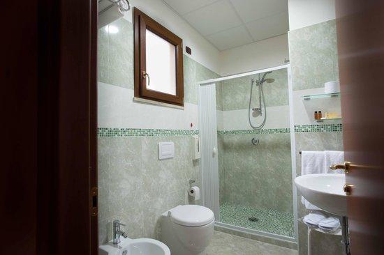 Hotel Il Giardino Degli Aranci: Bagno marmorizzato
