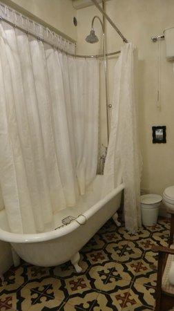 Quinta Miraflores Boutique Hotel: Cast iron bathtub