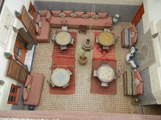 Riad al akhawaine: Central courtyard and breakfast space