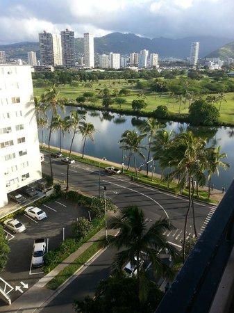 Waikiki Sand Villa Hotel: Vista, da sacada, da Ala Wai Blvd.
