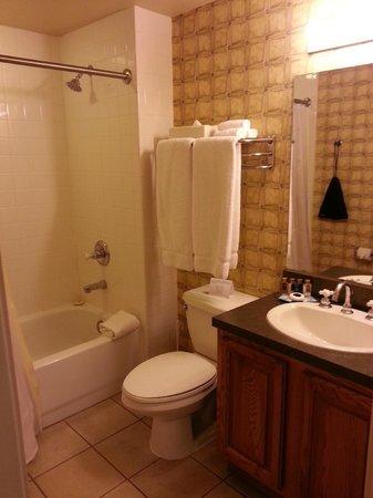 Bent Creek Golf Village: Bathroom - well stocked