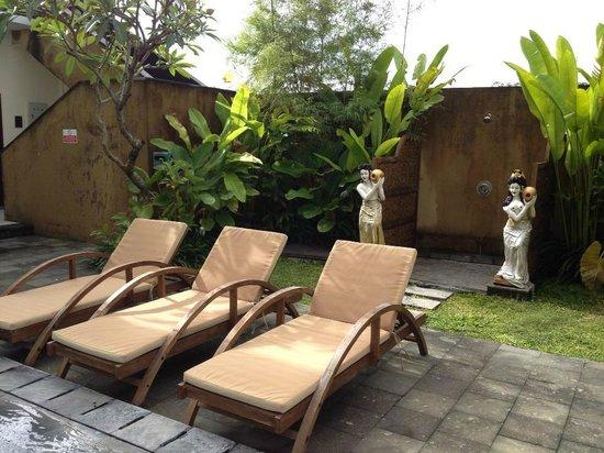 Uma Sri Bali Hotel: Deck chairs and shower pool area