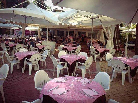 Club Family Hotel Executive: Con la notte Rosa anche la nostra sala si tinge di rosa