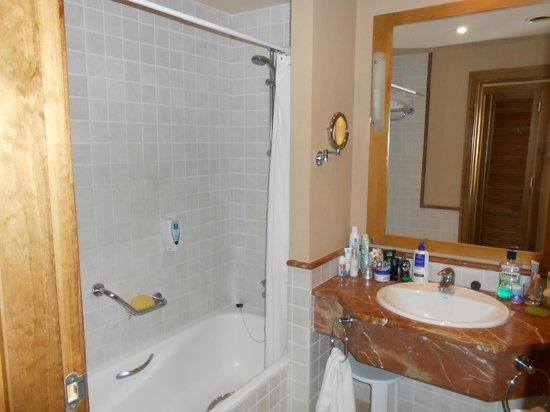 Badezimmer, links Badewanne, rechts hinter der Tür Toilette und BD ...