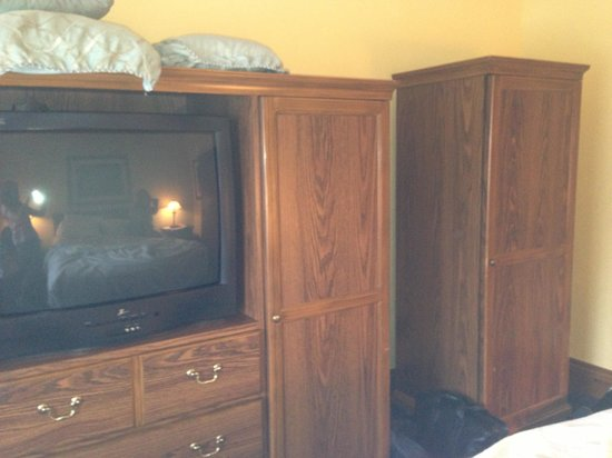 Lighthouse Lodge & Cottages: Bulky furniture