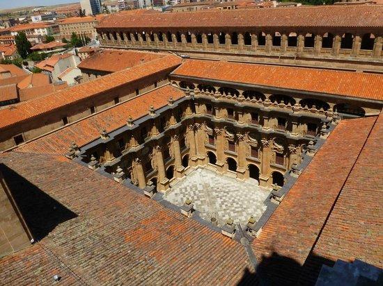 Scala Coeli Torres de la Clerecia: View of university courtyard