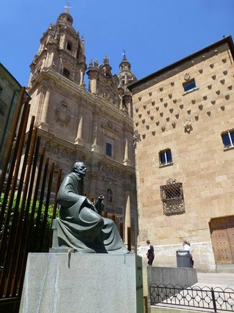 Scala Coeli Torres de la Clerecia: Exterior right next to Casa de las Conchas