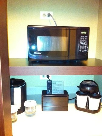 Embassy Suites North Shore / Deerfield: Microwave and coffee station in room