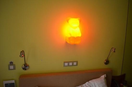 Hotel Salvators: светящийся мишка в номере 8