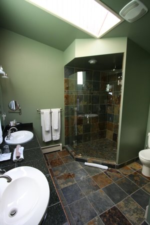 A View of the Lake: Grand View Suite bathroom