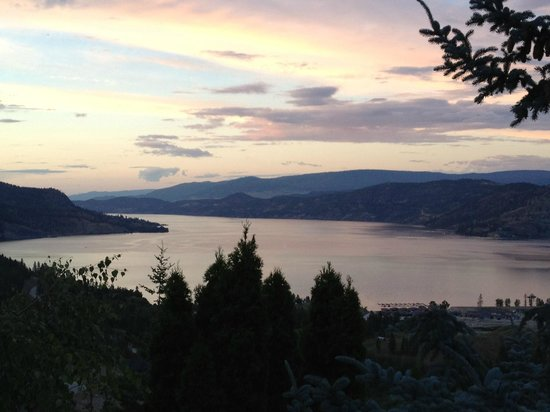 A View of the Lake: Beautiful sunset over Kelowna