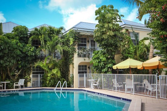 The Caribbean Court Boutique Hotel: view from the pool area
