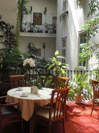 Palais-Hotel Erzherzog Johann: Frühstücksraum im Innenhof