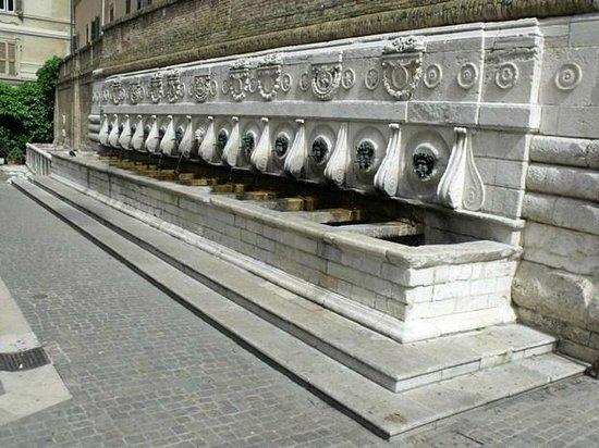 أنكونا, إيطاليا: Fontana del Calamo