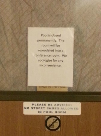 Mountain Sky Hotel: Sign on the pool door.  Had been closed for 6 months