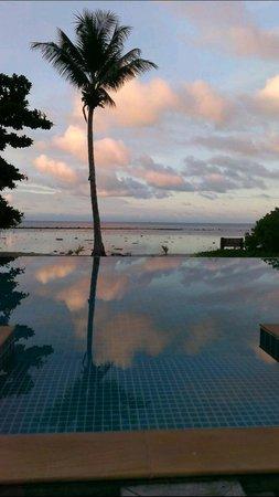 Chivapuri Beach Resort Koh Chang: Infinity pool with an insane sunset view.