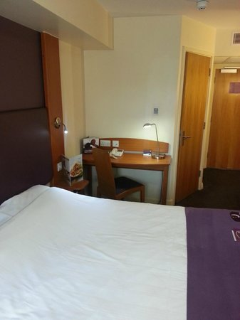 Premier Inn Chester City Centre Hotel: Room 302 desk area