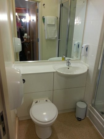 Premier Inn Chester City Centre Hotel: Bright clean bathroom room with walk in shower Room 302