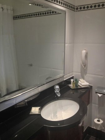 Hilton Glasgow Grosvenor Hotel: The bathroom