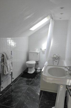The White Cliffs Hotel: main bathroom