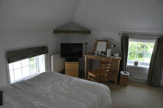 The White Cliffs Hotel : bedroom with ensuite