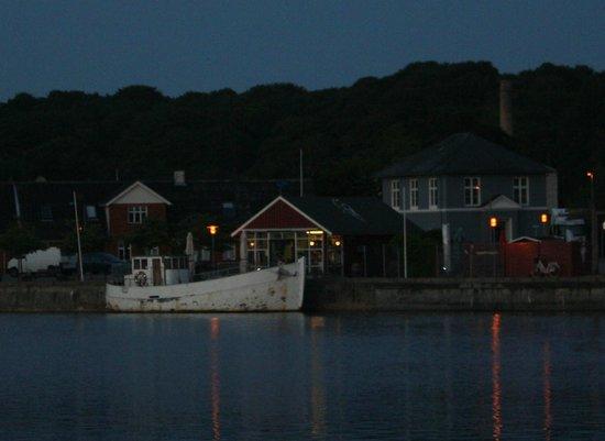 Hobro, Dinamarca: Aften stemning ved Den Blå Fisk