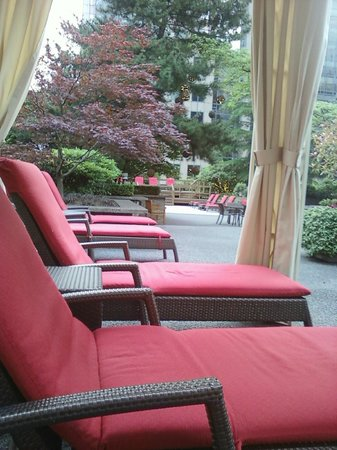 Four Seasons Hotel Vancouver: Outdoor/indoor pool and lounges
