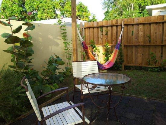 Villa Coral Guesthouse: sideyard