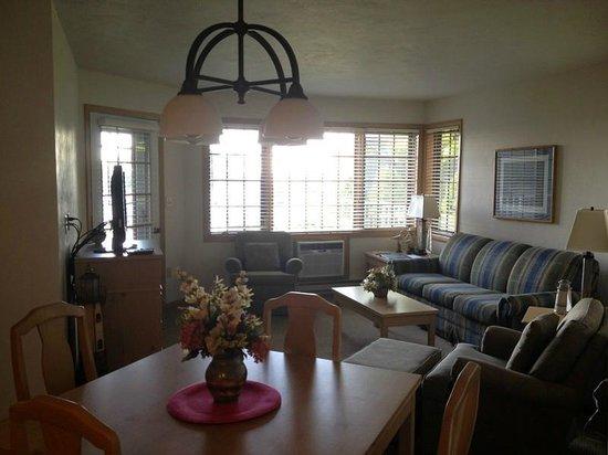 Bay Shore Inn: Livingroom Area